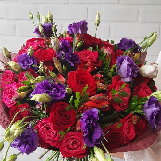 Яркий букет из эустомы и роз