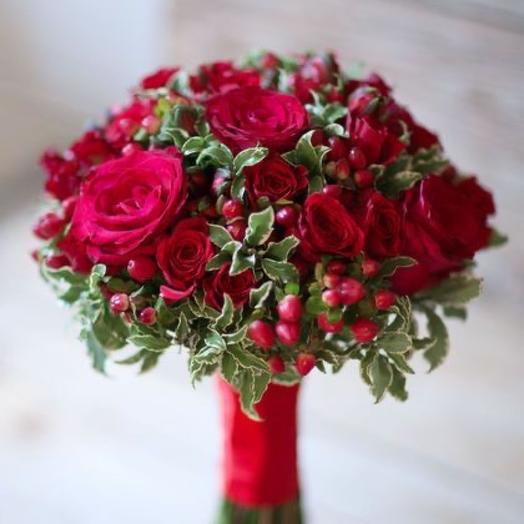 Свадебный букет из красных роз и гиперикума