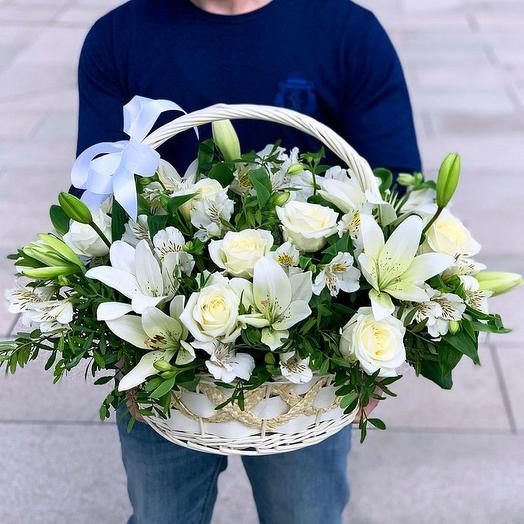 Корзина с лилиями, розой и альстромерией