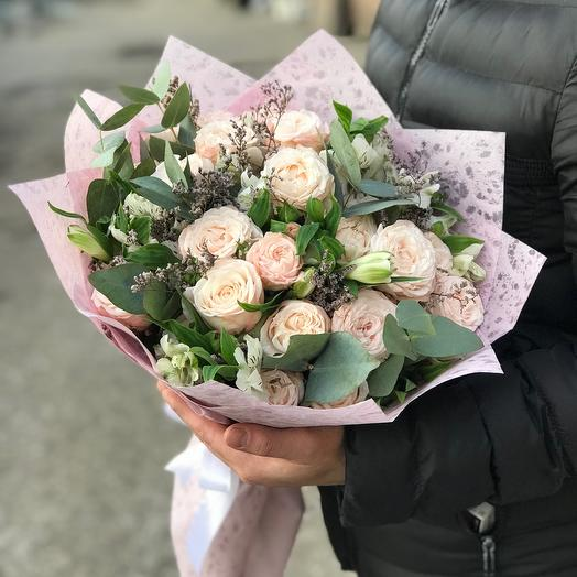Нежные пионовидные розы с альстромерией