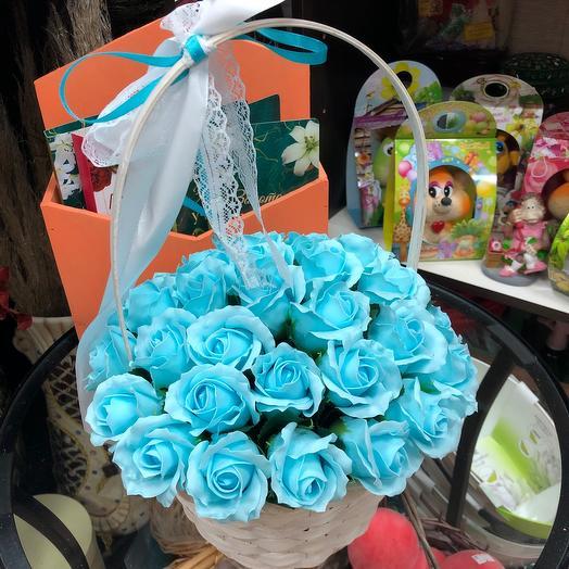 Корзина из голубых роз