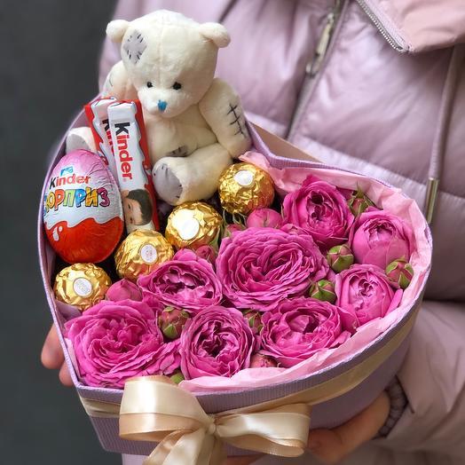 Коробка сердце с пионовидными розами конфетами и мишкой