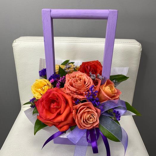 Ящик с разноцветными розами