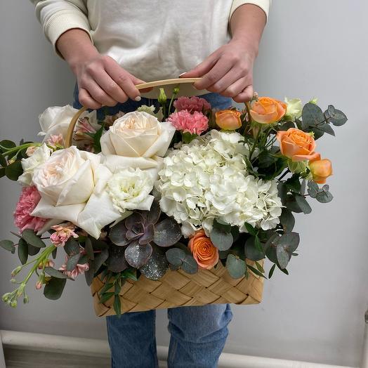 Корзина с гортензией и розами