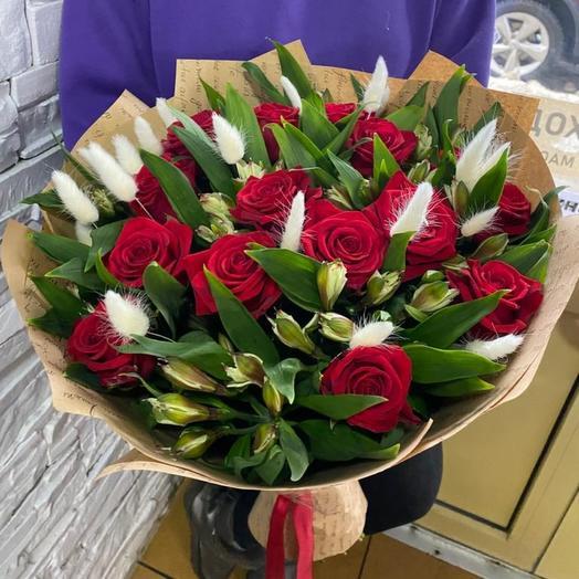Букет из альстромерий и розы в крафте