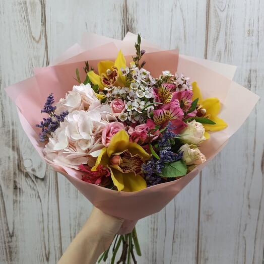 Букет с орхидеями, гортензией и цветами