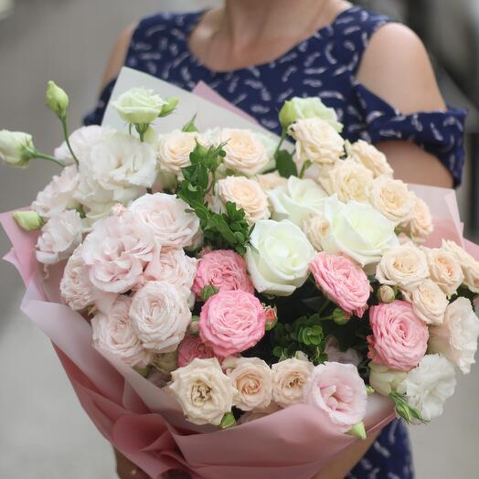 Букет из роз,эустомы и кустовой розы