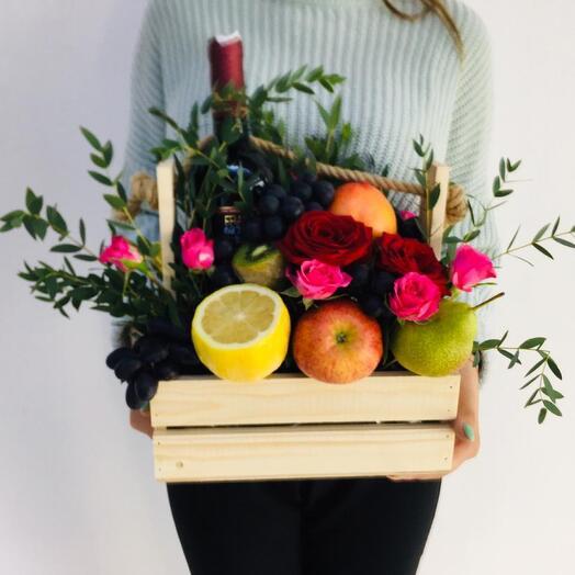 Деревянный ящик с фруктами и цветами