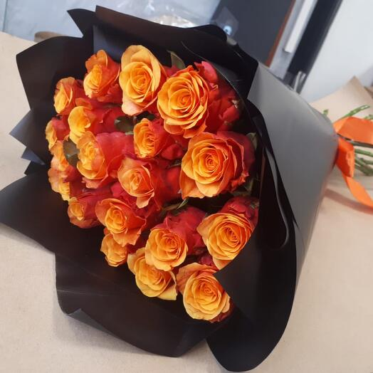 19 огненных голландских  роз 60 см в чёрной упаковке