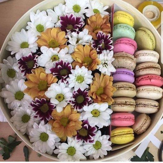 Коробочка с хризантемой и печеньками макарунс