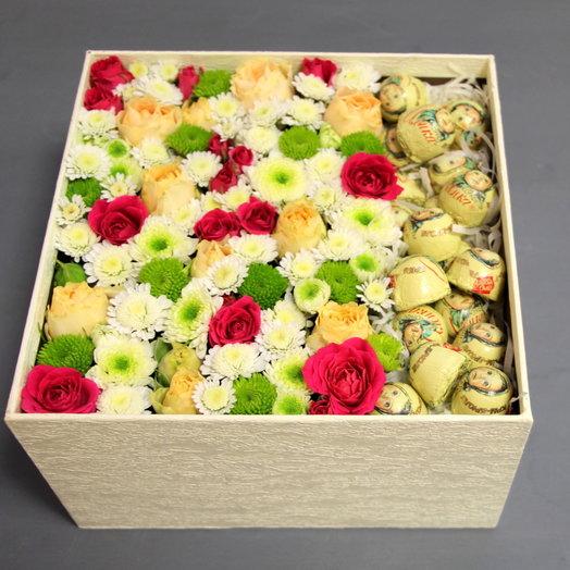 Коробка с цветами и конфетами : букеты цветов на заказ Flowwow