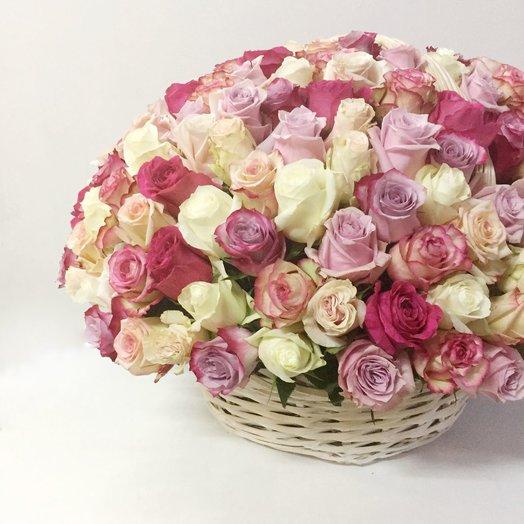 Корзина эквадорских роз: букеты цветов на заказ Flowwow