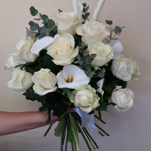 Белоснежный букет с розами и калами