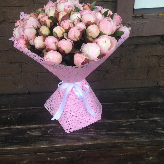 Букет из 51бело-розового пиона Гардения в крафте: букеты цветов на заказ Flowwow