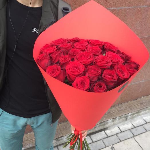 29 красных роз в бумаге