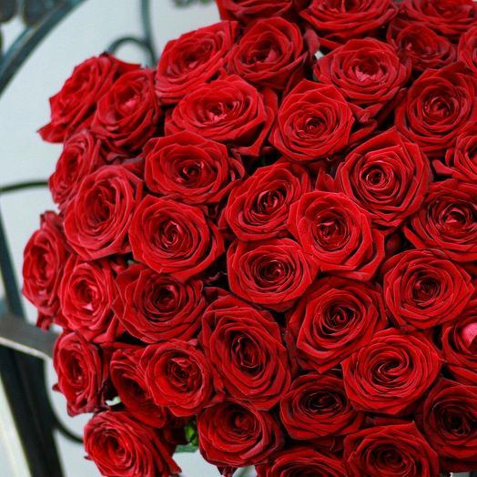 Шикарный букет из 51 розы в дизайнерской упаковке: букеты цветов на заказ Flowwow