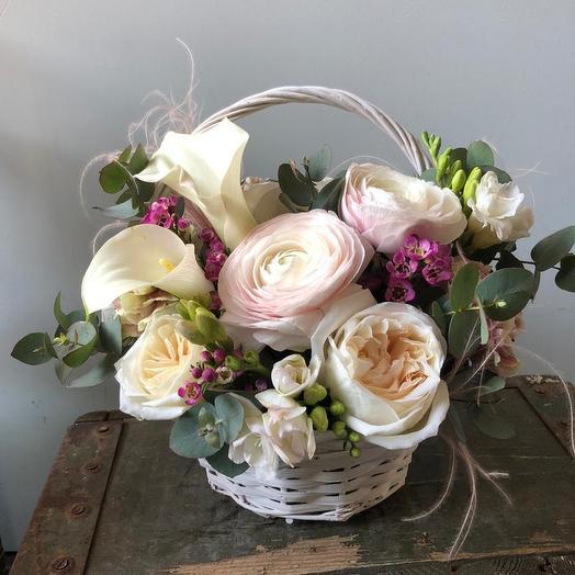 Корзина цветов с нежными ранункулюсами ,каллами и фрезией: букеты цветов на заказ Flowwow