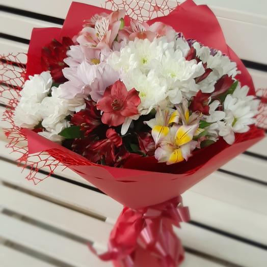 Сборный альстромерии и хризантемы