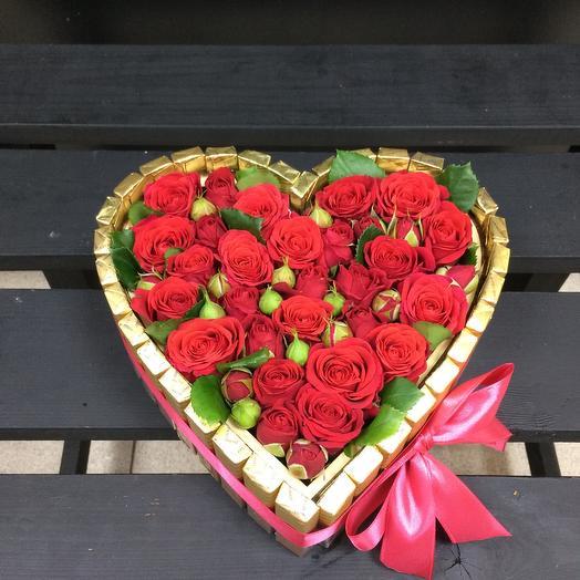 Сердце из конфет и кустовых роз
