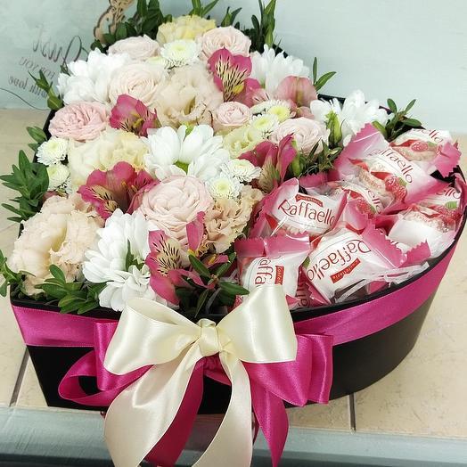 Сердце с цветами и сладостями