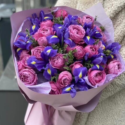 Букет из ирисов и пионовидных роз