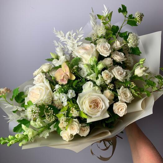 Букет с пионовидными розами и ветками калины
