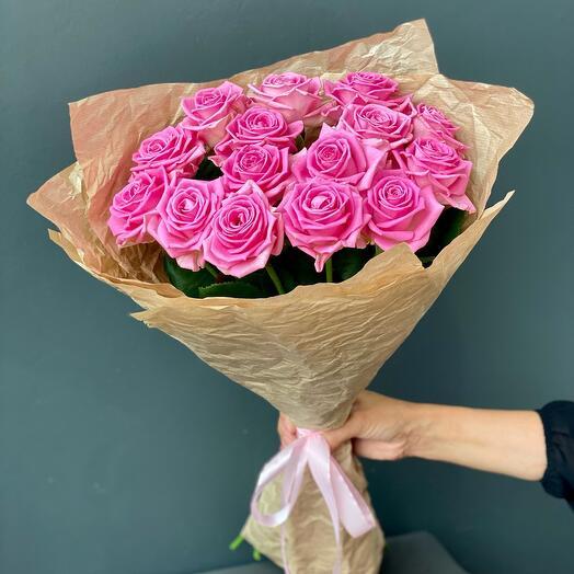 15 роз Аква в мятом крафте