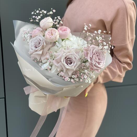 Букет Нежные оттенки из гортензии, роз и гипсофилы