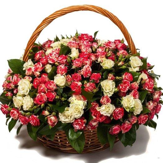 Кустовые розы в плетеной корзине: букеты цветов на заказ Flowwow