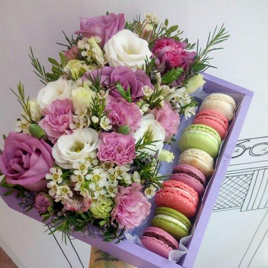 Ящик с цветами и макаронс