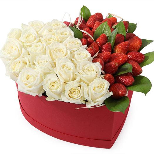 Вкус нежности- розы и клубника в коробке сердце: букеты цветов на заказ Flowwow