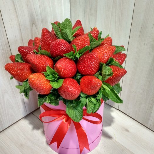 Коробка с клубникой: букеты цветов на заказ Flowwow