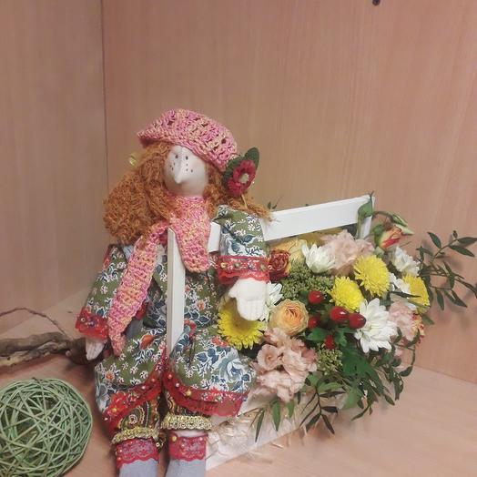 Кукла ручной работы и композиция в деревянном ящике: букеты цветов на заказ Flowwow