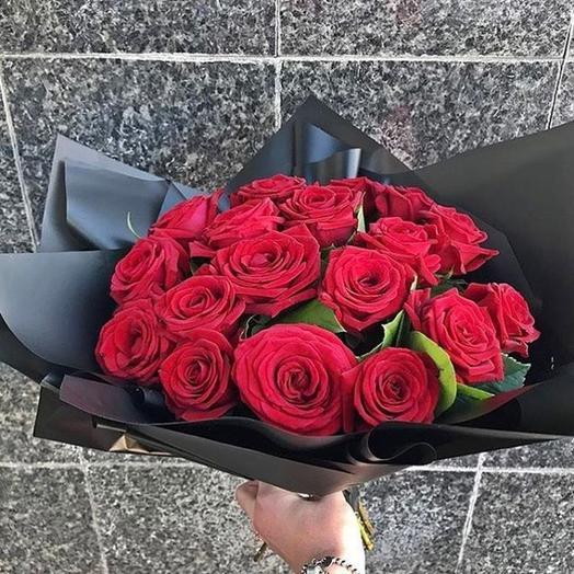 17 красных роз в черном крафте: букеты цветов на заказ Flowwow