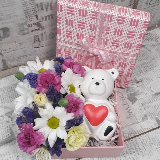 Композиция с цветами и сувениром Мишка: букеты цветов на заказ Flowwow