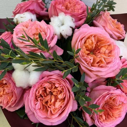 Нежнейшая коробка с пионовидными розами и хлопком: букеты цветов на заказ Flowwow