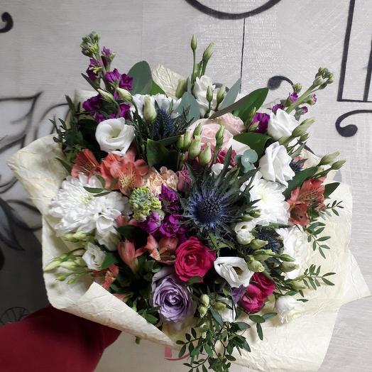 Букет с розами и эрингиумом Дерзкий микс: букеты цветов на заказ Flowwow