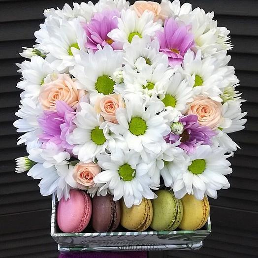 """Коробка с цветами и макарунами """"Вдохновение"""""""