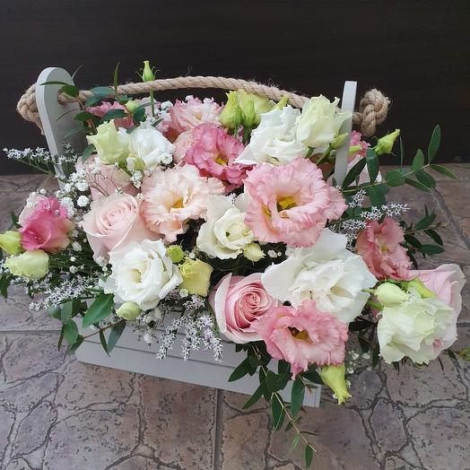 Нежная композиция с лизиантусом и розами в ящичке