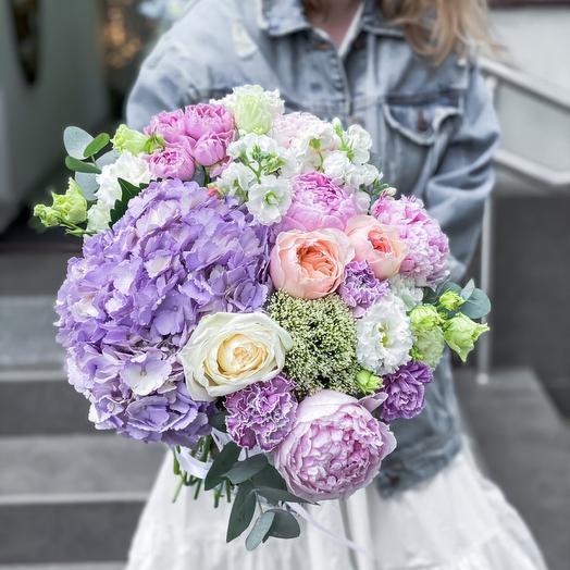 Нежный, воздушный букет и гортензией, пионами и розами премиум-класса