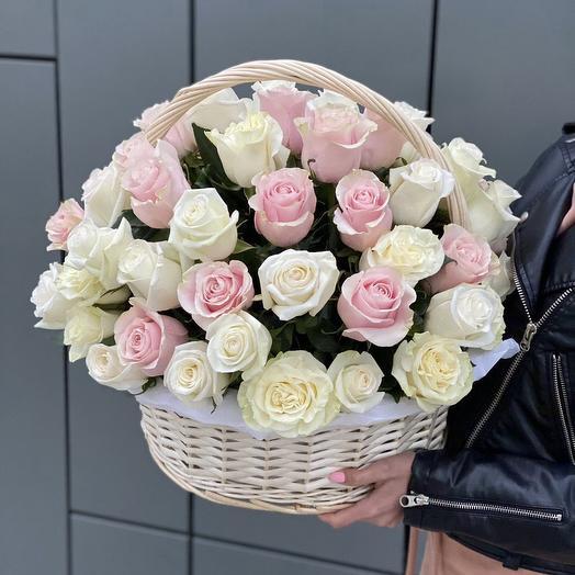 Корзина из белых и розовых роз С первого взгяда