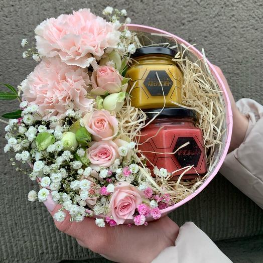 Шляпная коробка с мёдом и цветами