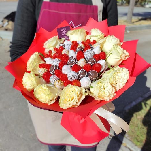 Яркая красотка с розами
