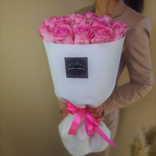 Букет в стильной упаковке из 15 роз