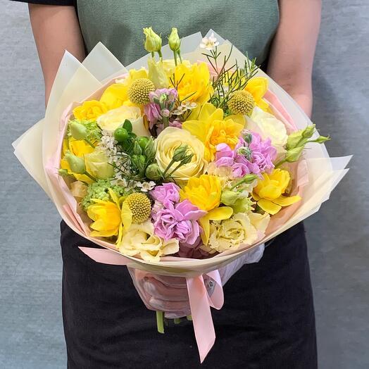 Солнечный букет с розами и нарциссами
