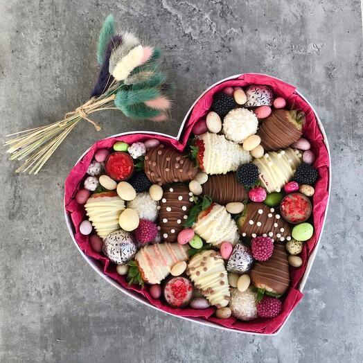 Коробочка со сладостями и клубникой в шоколаде