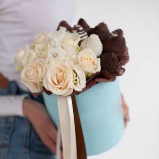 Клубника в шоколаде и розы «Каприз»