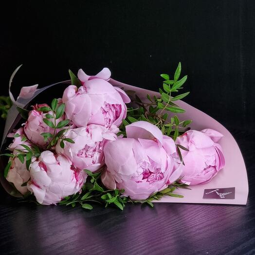 7 ароматных розовых пионов с зеленью
