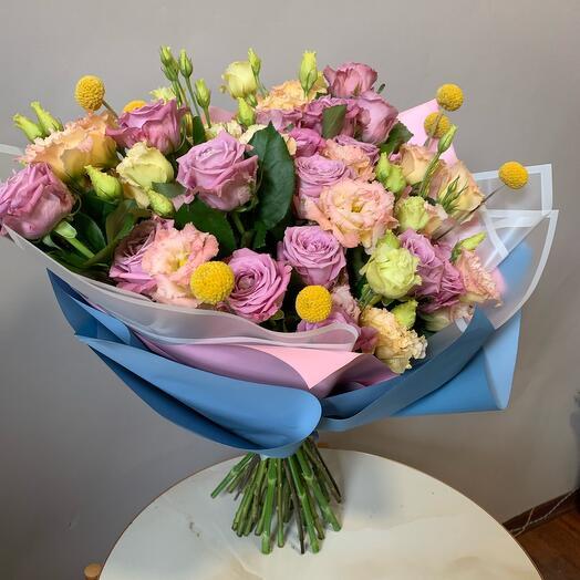 Букет из роз и лизиантуса
