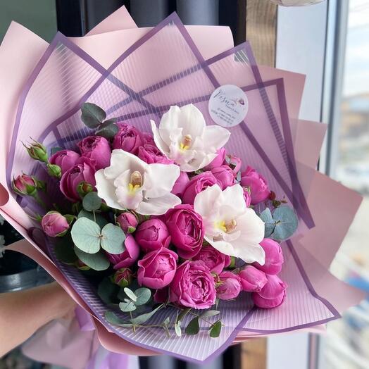 Авторский букет с пионовидные розами, орхидеями и веточками эвкалипта